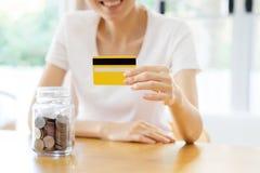 Femme montrant la carte de crédit en blanc Et l'épargne images stock