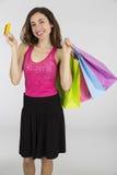 Femme montrant la carte de crédit pour l'achat Images stock