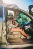 Femme montrant la photo à son ami à l'intérieur de voiture Images stock