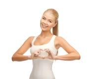 Femme montrant le geste de forme de coeur Images libres de droits