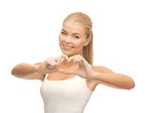 Femme montrant le geste de forme de coeur Image libre de droits