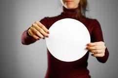 Femme montrant le livre blanc rond vide Présentation de tract pam Photo stock