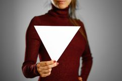 Femme montrant le livre blanc triangulaire vide Présentation de tract Photographie stock