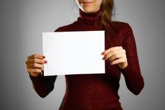 Femme montrant le papier blanc vide d'insecte Présentation de tract pam Image libre de droits