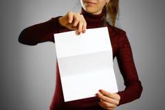 Femme montrant le papier blanc vide d'insecte Présentation de tract pam Photo stock