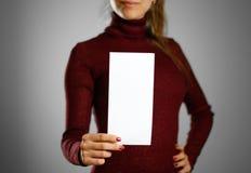 Femme montrant le papier blanc vide d'insecte Présentation de tract pam Photo libre de droits