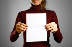 Femme montrant le papier blanc vide d'insecte Présentation de tract pam Photographie stock