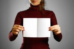 Femme montrant le papier blanc vide d'insecte Présentation de tract pam Photographie stock libre de droits