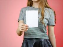 Femme montrant le papier blanc vide d'insecte Présentation de tract pam Images stock