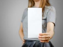 Femme montrant le papier blanc vide d'insecte Présentation de tract pam Photos libres de droits