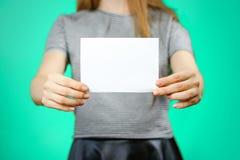 Femme montrant le papier blanc vide d'insecte Présentation de tract pam Images libres de droits