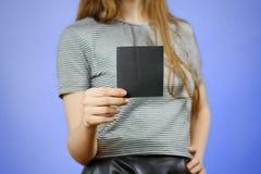 Femme montrant le papier noir vide carré d'insecte Presentati de tract Photos libres de droits