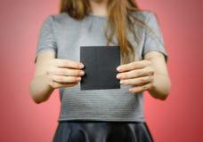 Femme montrant le papier noir vide carré d'insecte Presentati de tract Image libre de droits