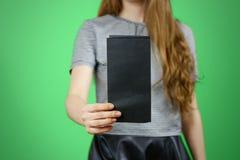 Femme montrant le papier noir vide d'insecte Présentation de tract pam Images libres de droits