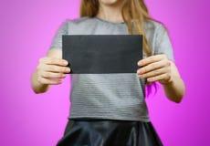 Femme montrant le papier noir vide d'insecte Présentation de tract pam Image stock
