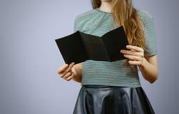 Femme montrant le papier noir vide triple d'insecte Presentat de tract Image stock