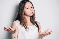Femme montrant le signe de dire non à quelqu'un avec se sentir fâché photographie stock libre de droits