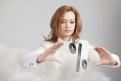 Femme montrant le symbole des pour cent Concept de dépôts en banque ou de vente Image stock