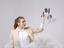 Femme montrant le symbole des pour cent Concept de dépôts en banque ou de vente Image libre de droits