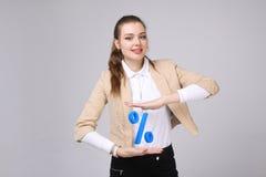 Femme montrant le symbole des pour cent Concept de dépôts en banque ou de vente Photo libre de droits