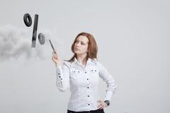 Femme montrant le symbole des pour cent Concept de dépôts en banque ou de vente Photos libres de droits