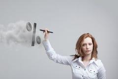 Femme montrant le symbole des pour cent Concept de dépôts en banque ou de vente Images stock