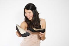 Femme montrant les chaussures noires classiques de cour image libre de droits