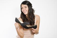 Femme montrant les chaussures noires classiques de cour photos stock