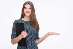 Femme montrant quelque chose avec la paume ouverte de main Image stock