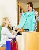 Femme montrant ses achats d'ami Images stock