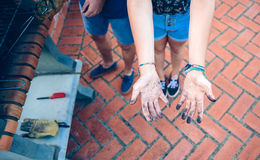 Femme montrant ses mains sales du charbon Photos stock