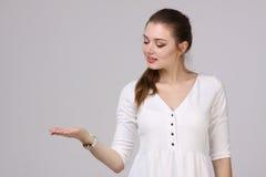 Femme montrant un produit L'espace vide de copie sur la paume ouverte de main Photos libres de droits