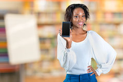 Femme montrant un téléphone portable photos stock