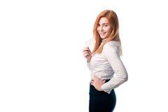 Femme montrant une carte de visite professionnelle de visite Images stock