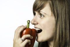 Femme mordant en poivre Photo libre de droits