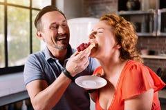 Femme mordant et goûtant un gâteau photo libre de droits