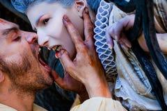 Femme mordante de vampire mâle photographie stock libre de droits
