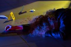 Femme mort se trouvant sur l'étage photo stock