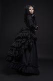 Femme mortelle dans la robe de noir de vintage images libres de droits