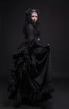 Femme mortelle dans la robe de noir de vintage photographie stock libre de droits