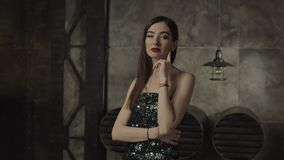 Femme mortelle de brune regardant fixement avec le regard de tentation banque de vidéos