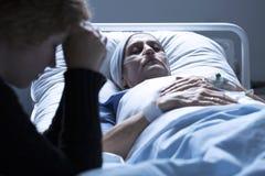 Femme mourant dans l'hôpital photo libre de droits