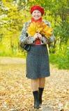 Femme mûr heureux marchant à l'extérieur Image stock