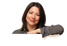Femme multi-ethnique derrière le coin blanc de signe Image libre de droits