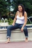 Femme multiraciale cinq mois d'enceinte (12) Images stock