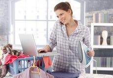Femme multitâche à la maison Photo stock
