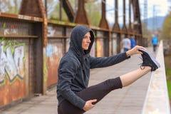 Femme musculaire convenable faisant étirant des exercices images stock