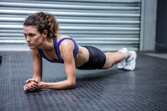 Femme musculaire faisant des pousées Photo libre de droits