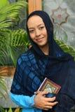 Femme musulman à l'exploitation Qur'an de mosquée Image libre de droits