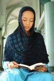 Femme musulman au relevé Qur'an de mosquée Photos libres de droits